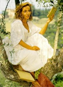 beatrice-emma-thompson-reading-sigh-no-more-ladies-while-eating-grapes-in-tuscany