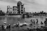 domon-ken-bagno-presso-il-fiume-davanti-al-hiroshima-1160×783